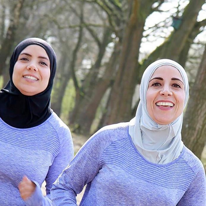 De Healthy Sisters, Najima (l) en Rachida Kharbouch, zijn de komende weken ook de Fasting Sisters.