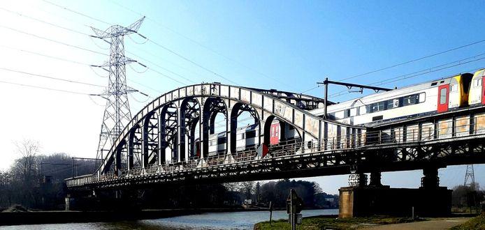 De ijzeren spoorwegbrug over het Albertkanaal in Herentals zal vervangen worden