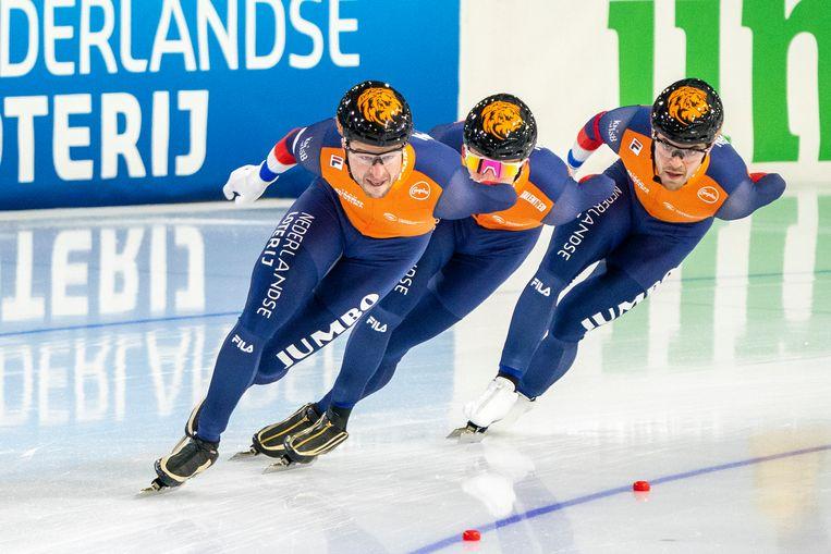 Sven Kramer, Beau Snellink en Chris Huizinga winnen de wereldbeker op de ploegachtervolging voor mannen in Heerenveen.  Beeld BSR Agency