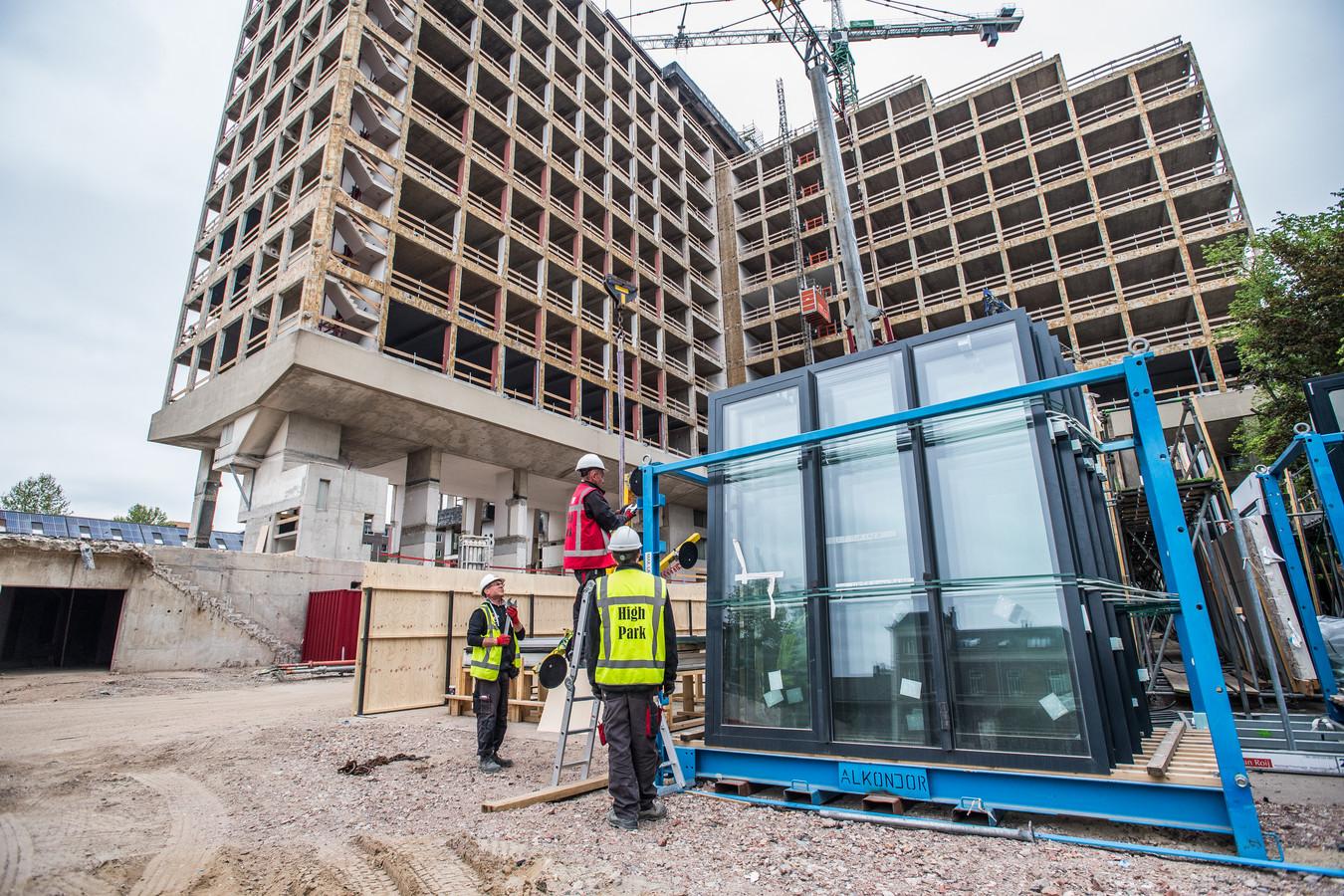 Het voormalige ING-gebouw aan de Velperweg in Arnhem wordt voor de ombouw naar High Park geheel voorzien van nieuwe gevelpanelen.