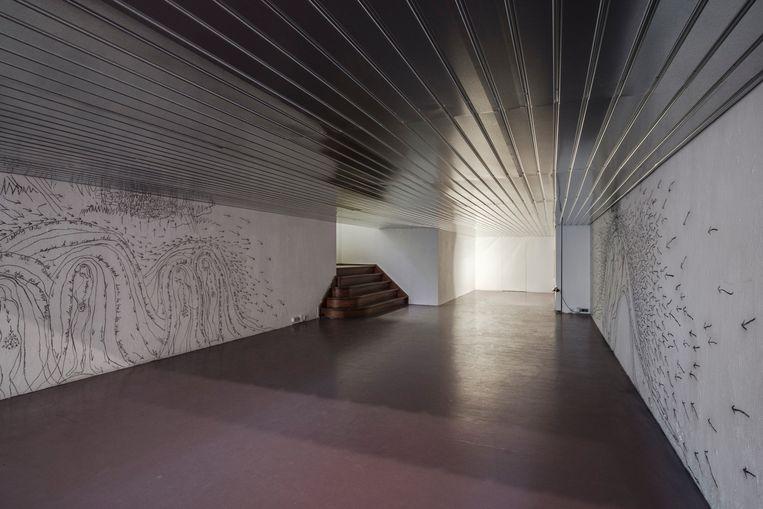 Tentoonstelling Under Bat Hill, met op de muren werk van Holly Mills (Standing on Fishes) en een verlaagd plafond van Jacob Dwyer (Gently Scattered). Beeld JEROEN DE SMALEN