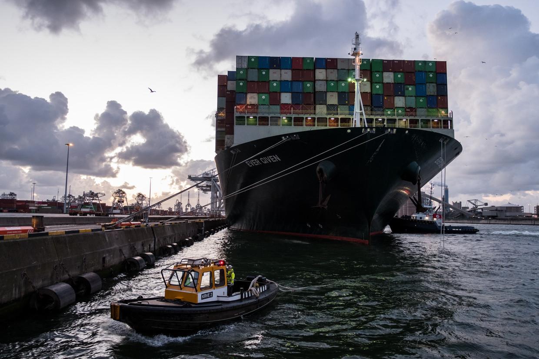 De Ever Given arriveerde met vier maanden vertraging in Rotterdam. Beeld Getty Images