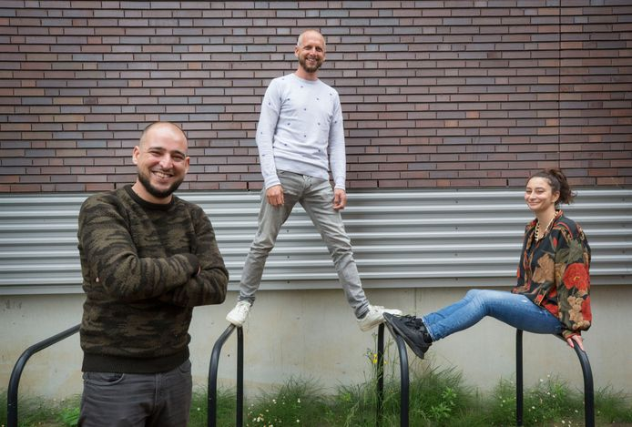 De drie jongerenwerkers van Oisterwijk (vlnr): Ousama Razine (33), Marcel Vlemmix (44) en Duygu Solmaz (34).