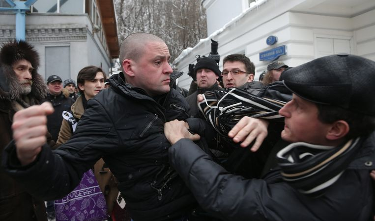 epa03570344 Leader of the Russian Left Front movement Sergei Udaltsov (C) scuffles with alleged members of the banned National Bolshevik Party during the civil funeral of anti-Putin activist Alexander Dolmatov in Moscow, Russia, 06 February 2013. According to reports, Dolmatov, a member of The Other Russia, was found dead 17 January 2013 after he reportedly commited suicide in a Dutch detention center while seeking political asylum after fleeing Russia.  EPA/MAXIM SHIPENKOV Beeld EPA