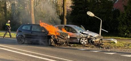 Auto in brand bij ongeluk op N734 tussen Oldenzaal en Losser, twee gewonden