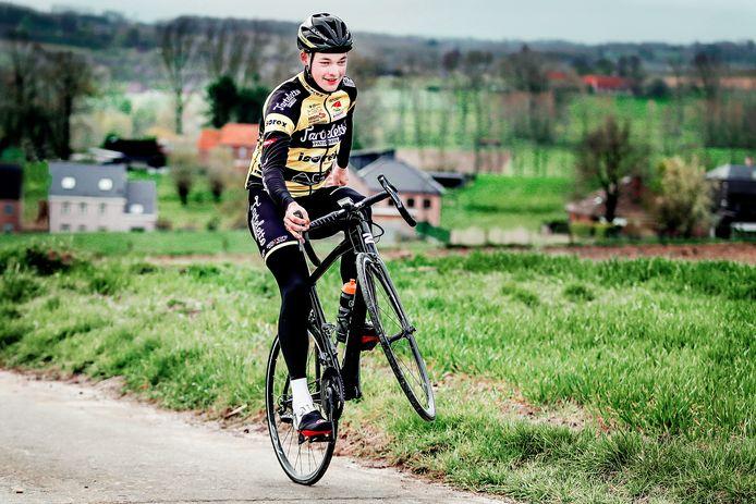 Gil D'heygere met een wheelie: komende woensdag begint hij met Tarteletto-Isorex aan de Ronde van Valencia.