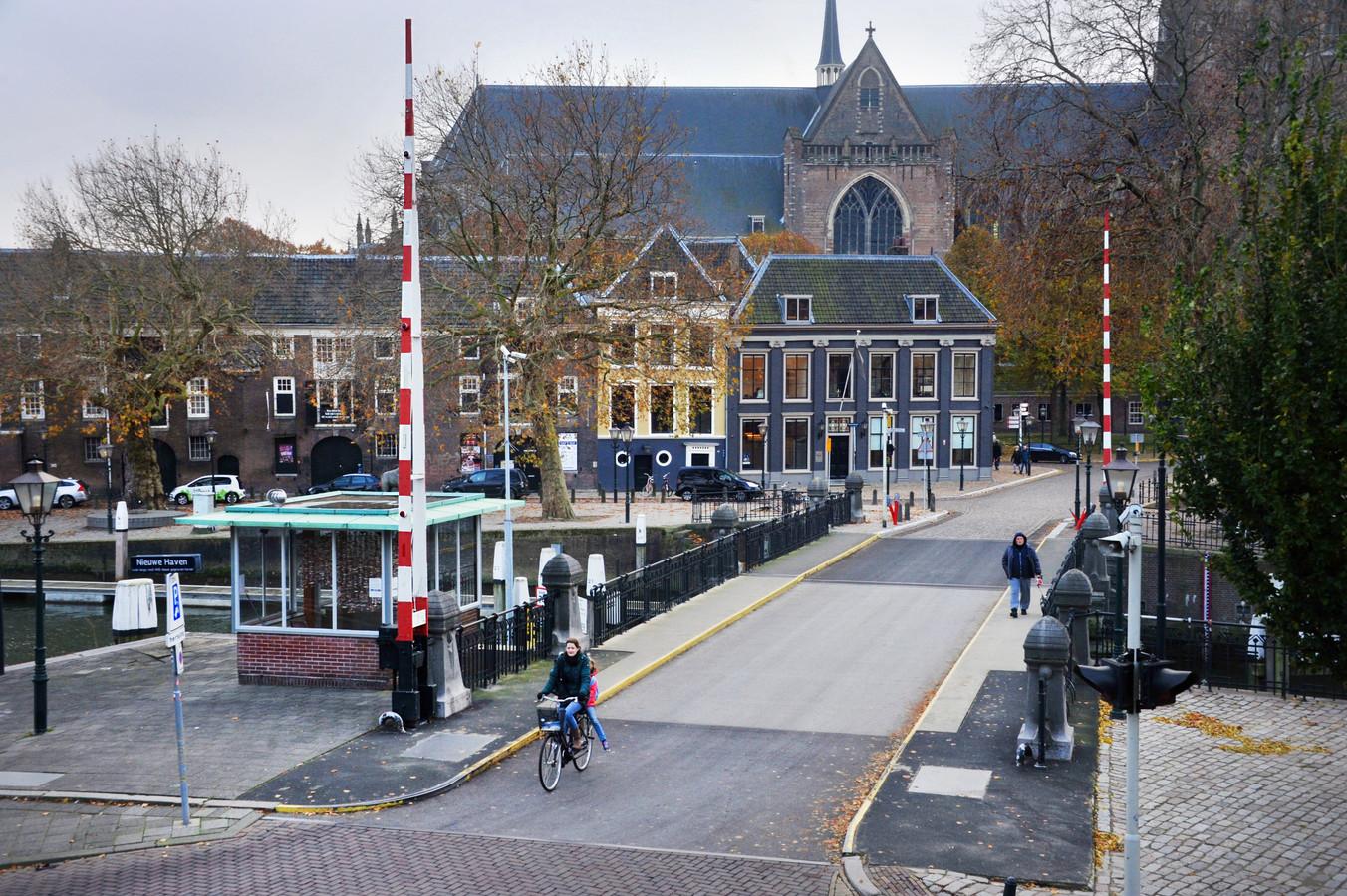 De Engelenburgerbrug in Dordrecht in november 2019, vlak voor de werkzaamheden begonnen. Aanvankelijk zouden die een jaar duren, maar de klus duurt veel langer.