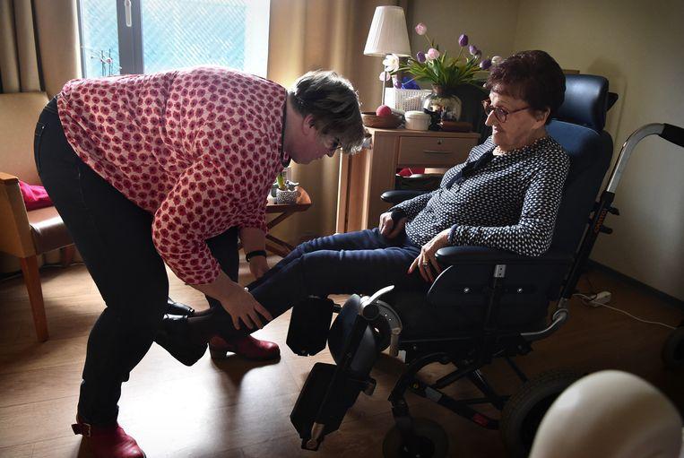 Silvia Creugers lakt de nagels van haar moeder Mia van der Steen in zorgcentrum 't Brook in Limburg. Beeld Marcel van den Bergh