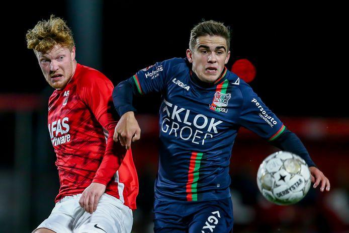 NEC'er Bart van Rooij in duel met Jong AZ-speler Ferdy Druijf eerder dit seizoen.