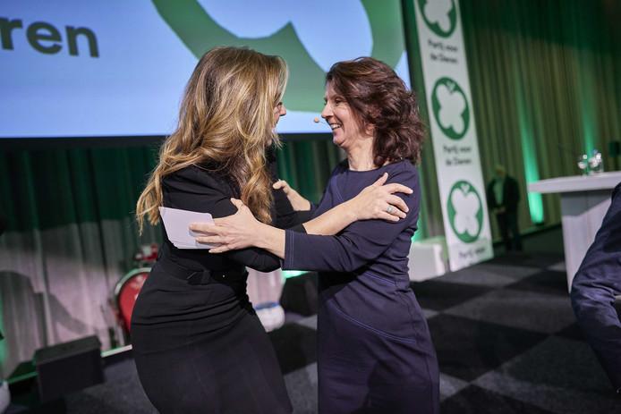 PvdD-fractievoorzitter Esther Ouwehand en Marianne Thieme na afloop van het congres.