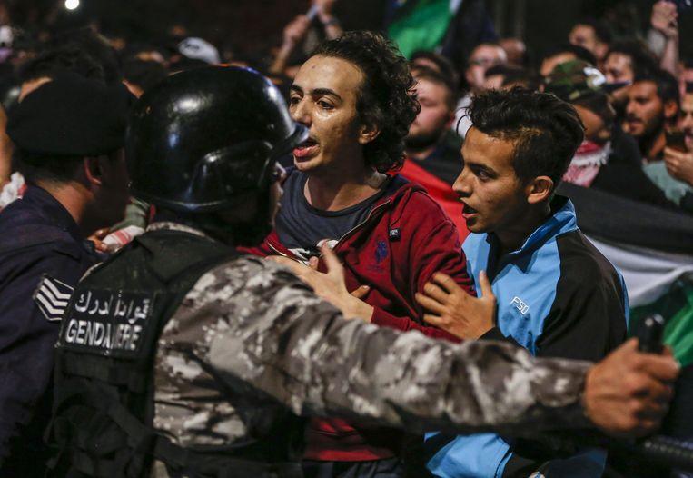 Jordanese veiligheidstroepen proberen demonstranten tegen te houden. Beeld AFP