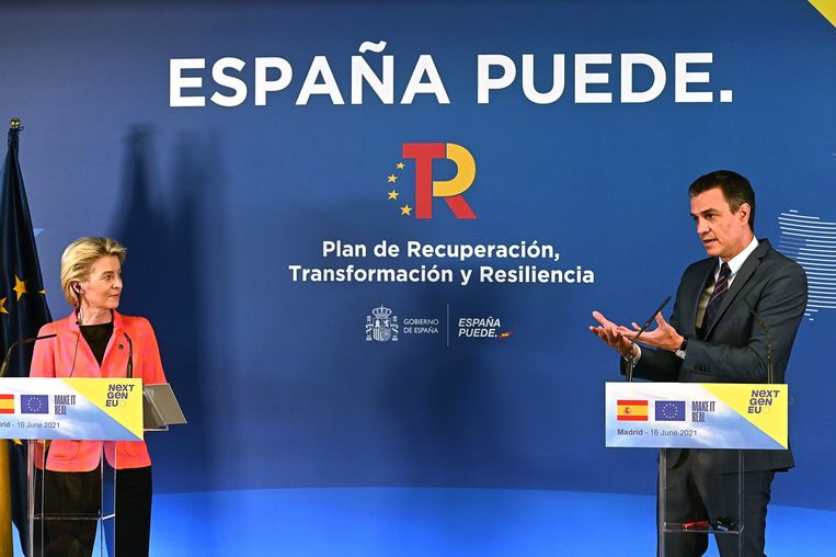 Commissievoorzitter Ursula von der Leyen en Spaans premier Pedro Sanchez in Madrid.  Beeld EPA