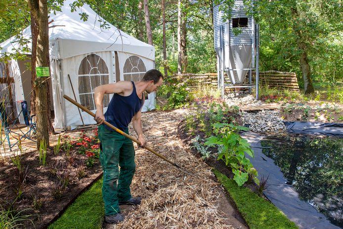 Hoveniersbedrijf Wijgergangs bezig met de opbouw van hun stand met als blikvanger een silo als kinderspeelhuisje.