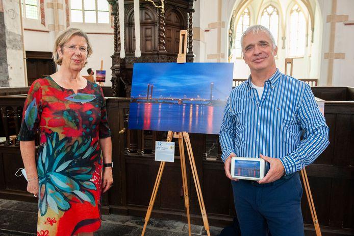 Annemarie Jorritsma onthulde de winnende foto, gemaakt door Ruud Schobbers. De gemeente Zaltbommel heeft een koektrommeltje laten maken met deze foto erop.