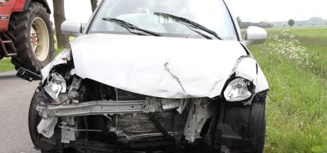 Flinke klapper in Holten: twee auto's total loss