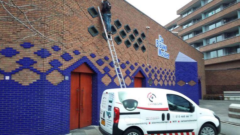 Camera's worden opgehangen bij De Blauwe Moskee Beeld Het Parool