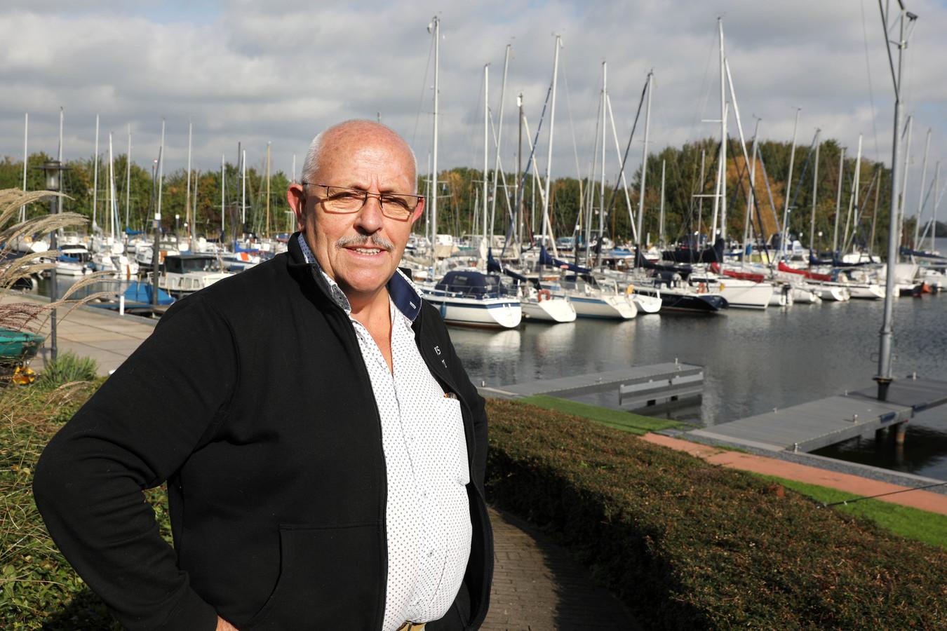 Adri van Uden in de haven van recreatieplas De Gouden Ham in Maasbommel.