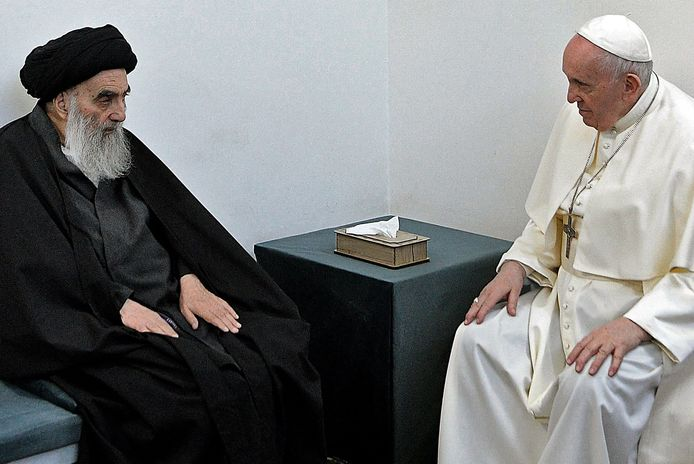 De als gematigd bekendstaande ayatollah Ali al-Sistani in gesprek met paus Franciscus.