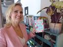 Yvanka van der Zwaag met haar debuutroman. 'Het begin en het einde van het schrijven was leuk, alles wat daar tussen zit was niet grappig'.
