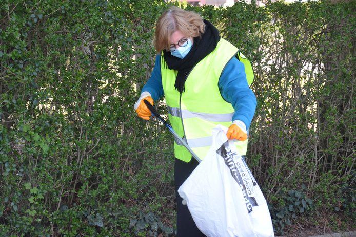 Burgemeester Tania De Jonge ruimt zwerfvuil tijdens de River Cleanup in Neigem (Ninove)