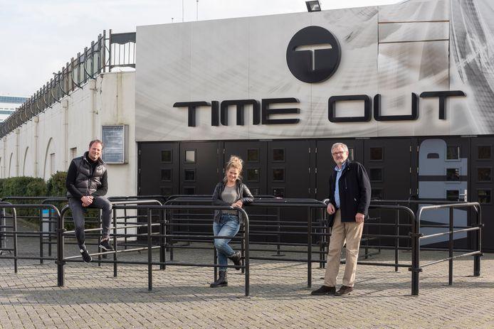 Bedrijfsleider Jos Coolen, mede-eigenaar Veronique Vesters en Höfke-dj Bernard Janssen (v.l.n.r.) bij uitgaanscentrum Time Out in Gemert, dat het 25-jarig bestaan viert.