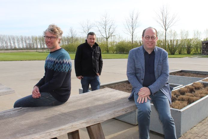 Erik Hennes, Bart Van Damme en Vincent Laroy van Toerisme Meetjesland stellen het toekomstplan voor.