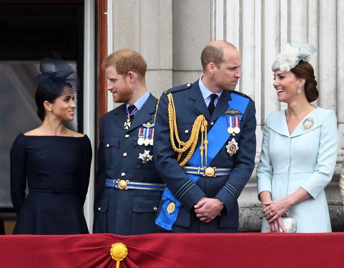 Prins Harry (links, naast zijn vrouw Meghan Markle) en zijn oudere broer William (met rechts zijn vrouw Kate Middleton)