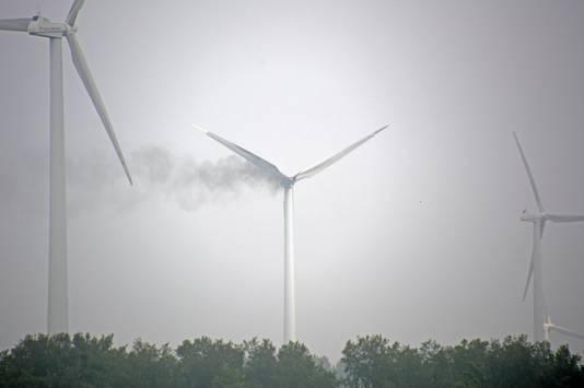 Een windmolen aan de Lepelaarsweg in Zeewolde staat in brand.