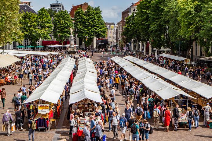 In hartje Deventer trekken duizenden mensen langs de boekenkramen.