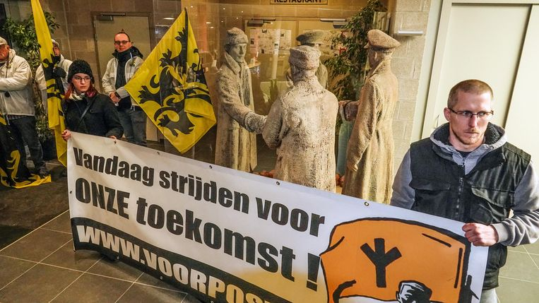 Mesen Protest van Voorpost en Vlaams Belang tijdens infovergadering over de tijdelijke opvang van asielzoekers in Peace Village.