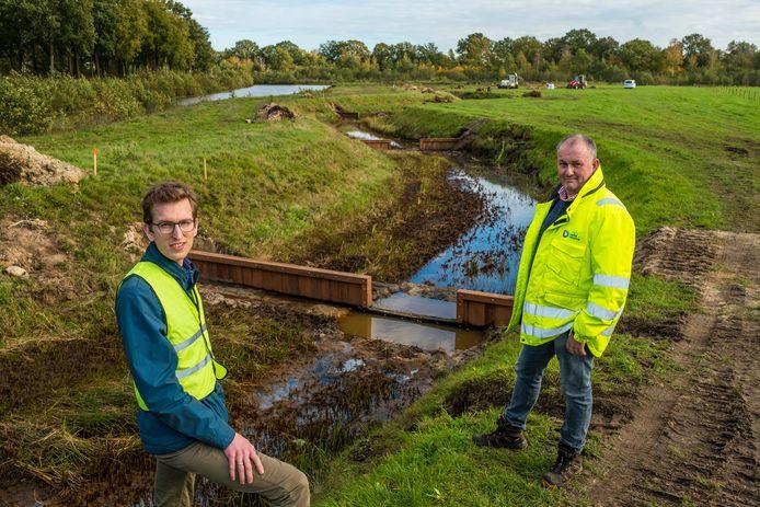Omgevingsmanager Mark de Vries van Vitens (l) en projectleider Wim Visscher van het Waterschap Vallei en Veluwe bij de Klaarbeek in Epe, waar een stuw wordt verplaatst en een nieuwe verbinding wordt gerealiseerd met vistrappen naar de Grift.