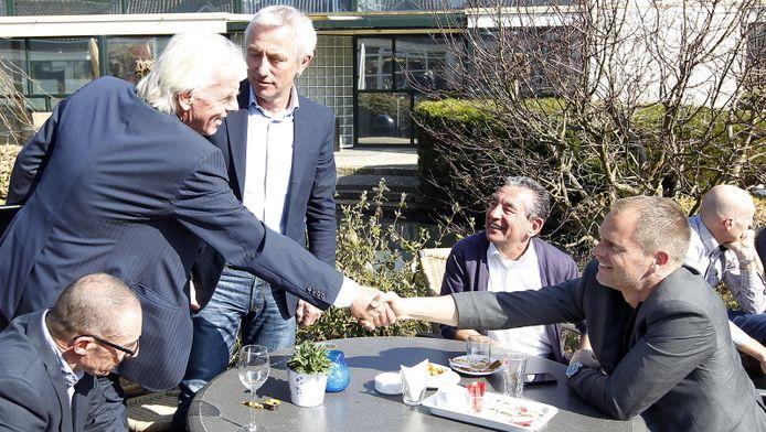 Leo Beenhakker schudt eerder dit jaar in Zeist de hand van Frank de Boer. Naast Beenhakker staat Bert van Marwijk.