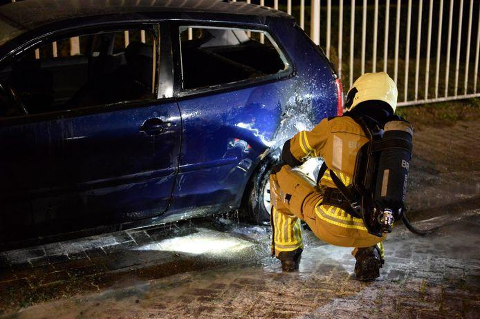 De brandweer kon niet voorkomen dat de auto grote schade opliep.