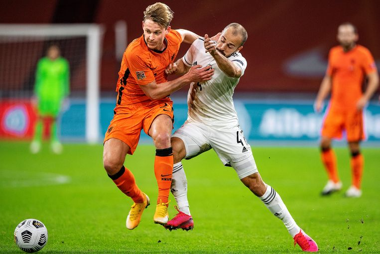 Frenkie de Jong botst met Darko Todorović in de strijd om de bal.  Beeld Guus Dubbelman / de Volkskrant