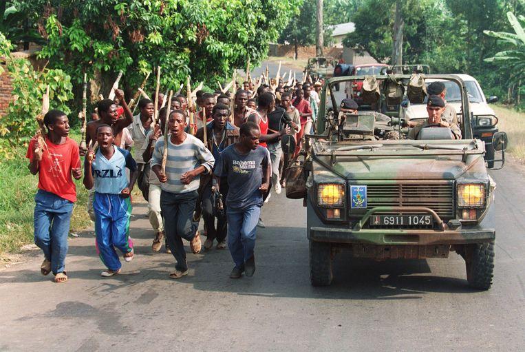 Franse soldaten patrouilleren langs een groep bewapende Hutu's in 1994, ten tijde van de genocide in Rwanda. Beeld AFP