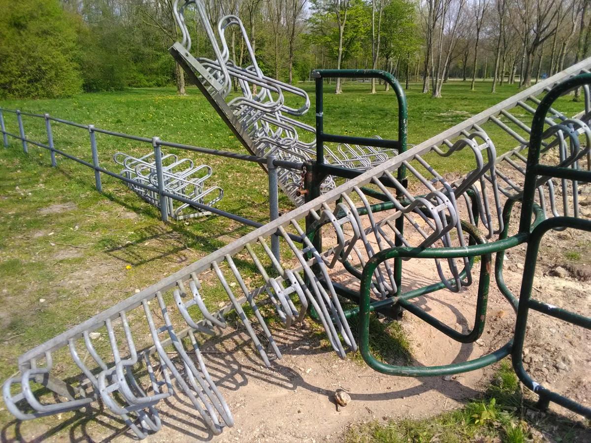 De fietsenrekken zijn over het hek en de toegangspoort van het park getild.