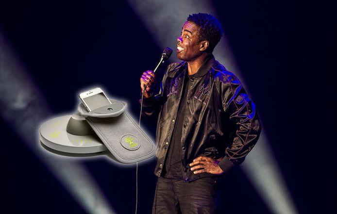 Archiefbeeld: Chris Rock tijdens een optreden in Amsterdam, inzet: de hoesjes waar de smartphones in moeten