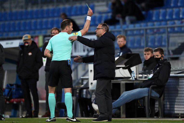 Danny Makkelie in een twistgesprek met Willem II-coach Zeljko Petrovic Beeld ANP