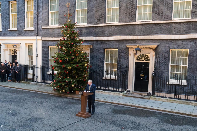 Premier Boris Johnson vrijdagmiddag voor de deur van zijn ambtswoning, waar hij een toespraak houdt na de ruime verkiezingsoverwinning van de Conservatieven.