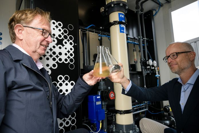 Oprichter prof. Erik Roesink (links) en directeur Michiel Staatsen van NX Filtration in de mobiele unit waarmee water uit het Twentekanaal wordt gezuiverd tot drinkwater.