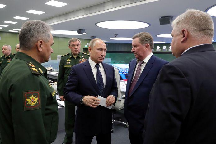 Le président Poutine visitant un centre de contrôle, jeudi, à Moscou