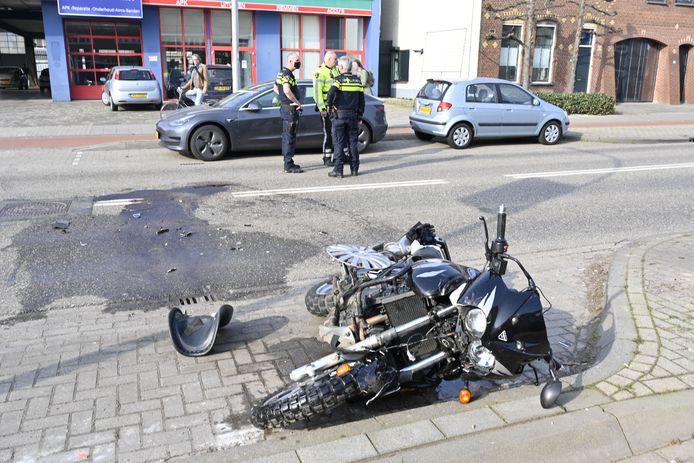 Een automobilist en motorrijder botsten op de Hatertseweg