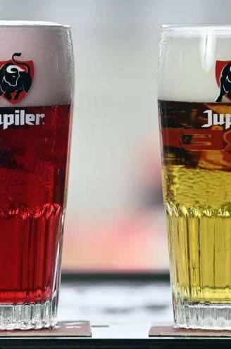 """Rode Jupiler die hetzelfde smaakt als gewone pils? Bierprofessor Freddy Delvaux: """"Kleur toevoegen na gisting heeft geen effect op smaak"""""""