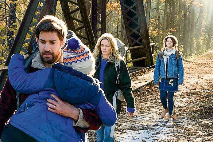 John Krasinski, Emily Blunt, Noah Jupe en Millicent Simmonds in 'A Quiet Place' (2018).