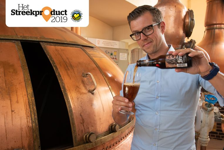 Marketingmanager Thomas Lauwaert van brouwerij Roman schenkt een AB'tje uit.