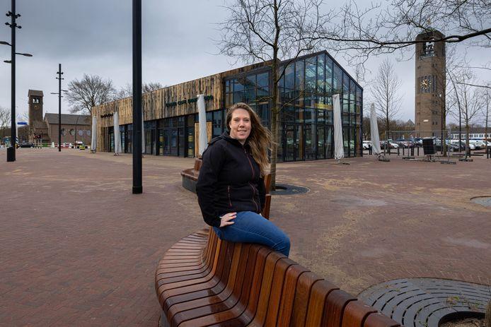 Angela Verbaarschot (30) voor haar nieuwe restaurants De Lachende Koe en Grand Café Emmeloord in de blikvanger van De Deel in Emmeloord.