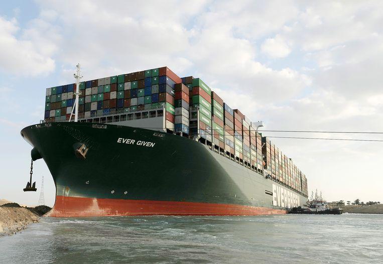 Het 224.000 ton wegende vrachtschip Ever Given liep dinsdag vast. Beeld EPA