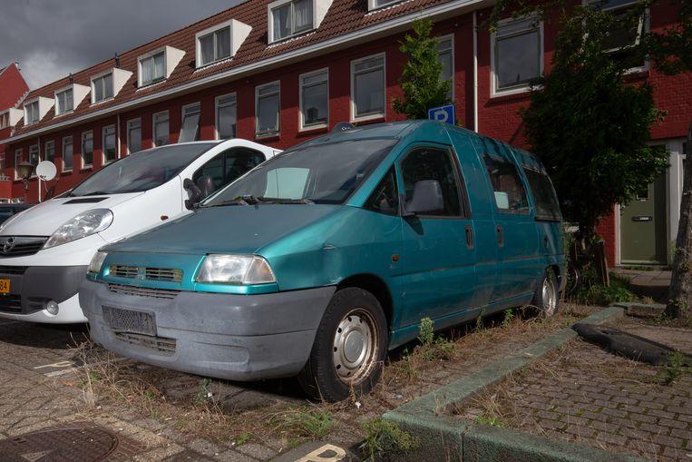 Een (begroeide) Fiat Scudo bij een huis in Noord.  Beeld Peter Boer en Hein Hage