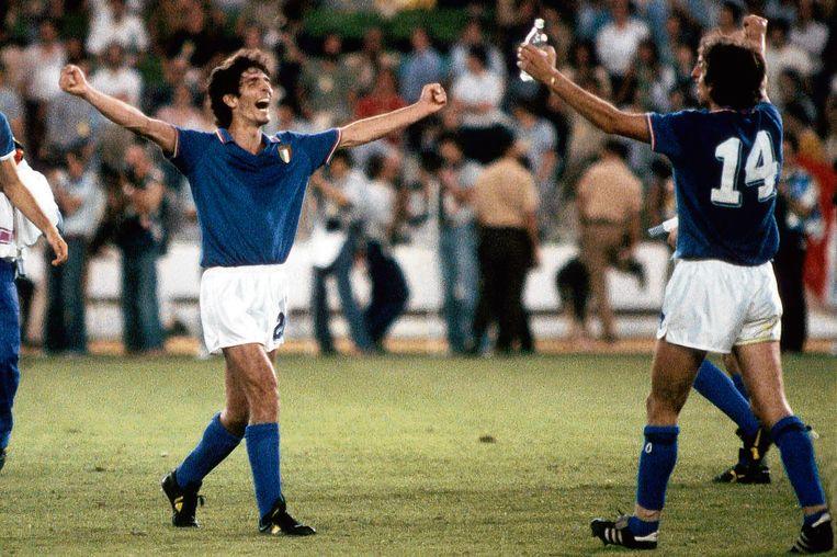 Paolo Rossi (l) en Marco Tardelli vieren de WK-titel van Italië in 1982 na de 3-1 winst op West-Duitsland in Madrid. Beeld