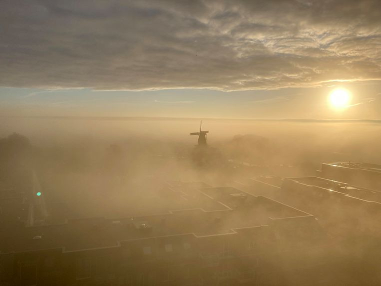 De mist zorgde gisterochtend voor schilderachtige taferelen in Utrecht, zeker vanaf grote hoogte. Bewoners van het appartementencomplex het Noorderlicht zagen de stad 's morgens vroeg op deze manier. De wieken, centraal op de foto, behoren toe aan de Rijn en Zon, een van de twee historische molens die Utrecht nog rijk is.  Beeld Tom van Hulsen